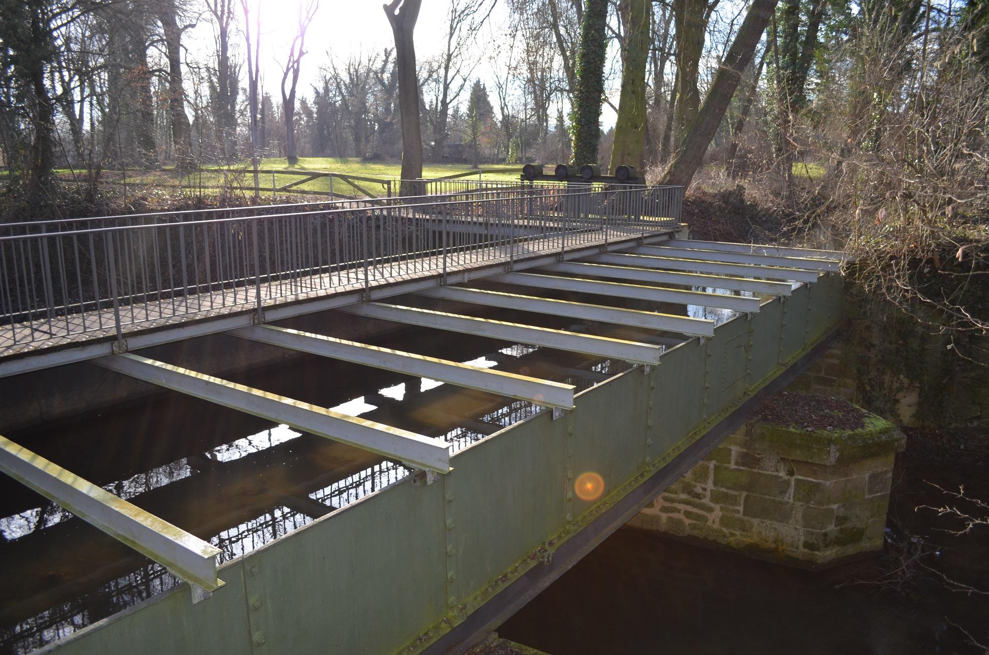 Trogbrücke des Mühlenkanals über das Krumme Wasser (Aufnahme bei Hochwasser im Januar 2011)